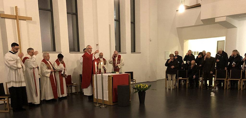 Erstmalige Segnung mit dem Segens-Reliquiar zum 75. Todestag von Pater Richard Henkes