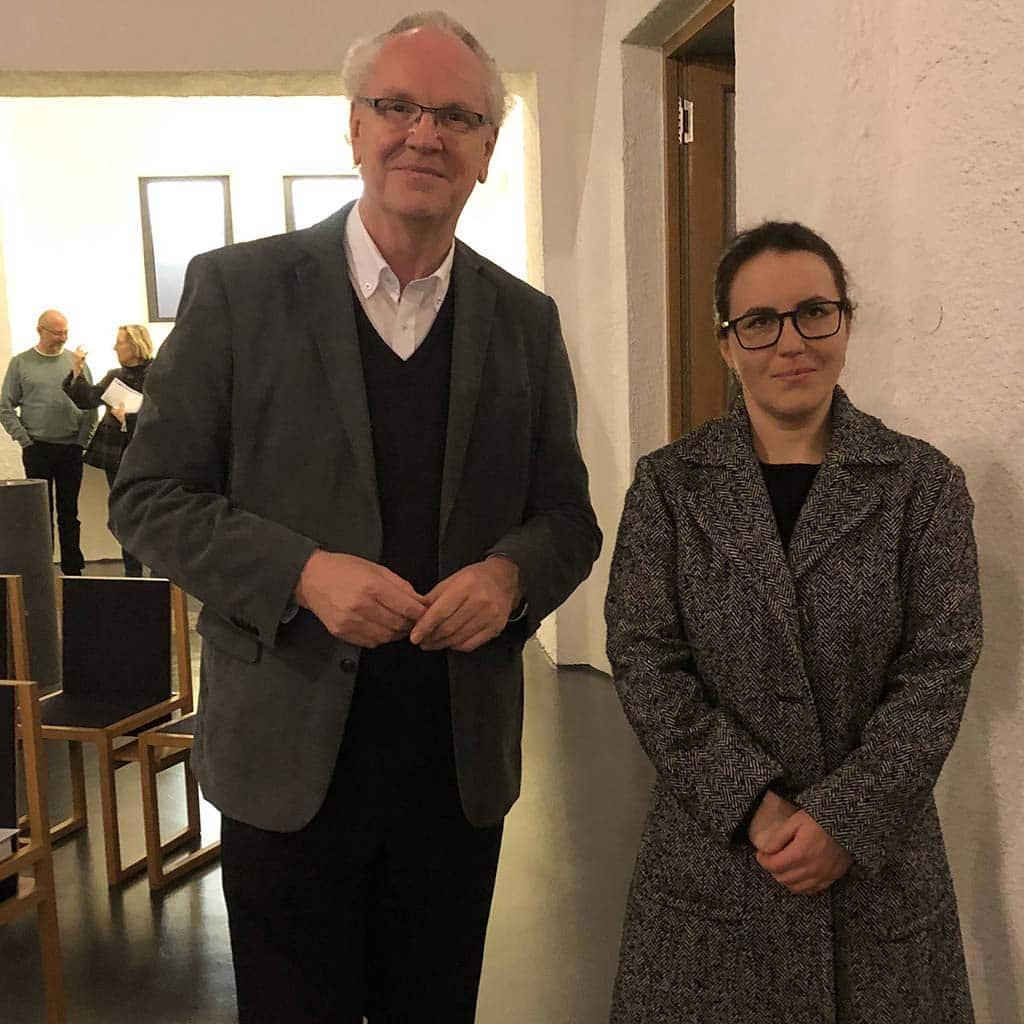 Pater Holzbach mit der Silberschmiedin Petra Weidich in der Pallotti-Kirche Friedberg