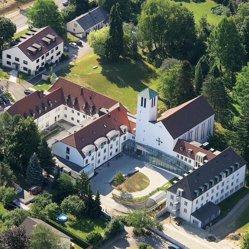 Luftbild des Pallotti-Hauses in Friedberg mit Pallotti-Kirche, Provinzialat, Provinzverwaltung, Kommunität, PthI, Gästehaus und Park