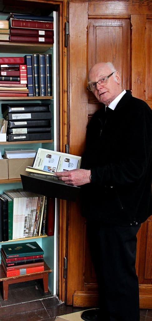 Bruder Stüer sammelt Briefmarken