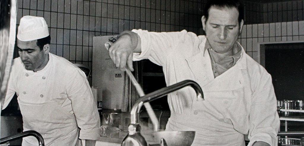 Bruder Wilhelm Stahl SAC in der Küche in Rheinbach