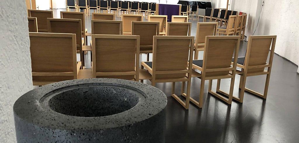 Weihwasserbecken sind geleert Pallotti Kirche in Friedberg (Bayern)