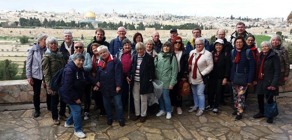 Gruppenbild Israelreise mit Pater Winkens SAC