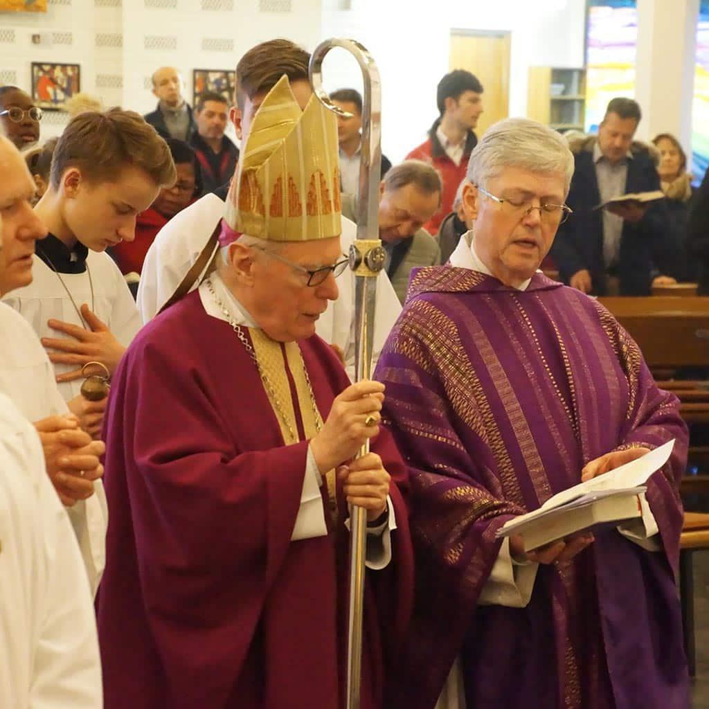 Erzbischof Thissen und Pater Winkens in Hl. Geist Farmsen beim Gedenkgottesdienst für Pater Größer