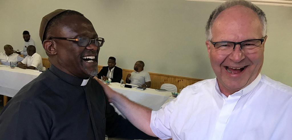 Freudiges Wiedersehen: Pater Paul und Pater Pfenning beim Treffen in Südafrika 2020