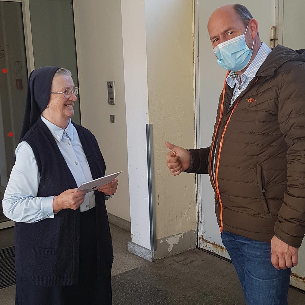 Die Oberin der Barmherzigen Schwestern und Direktor Ulrich Walder freuen sich über die gelungene Kooperation.