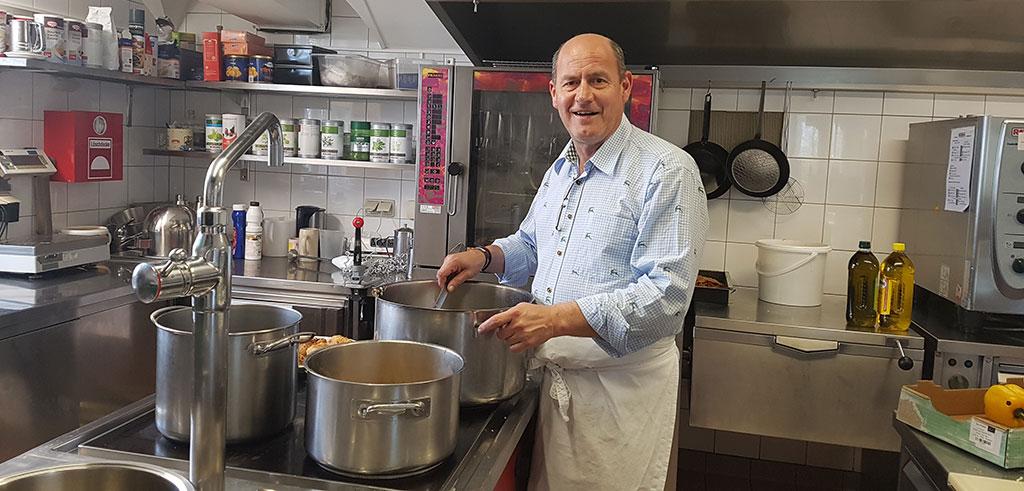 Direktor Ulrich Walder kocht für obdachlose Menschen in Salzburg.