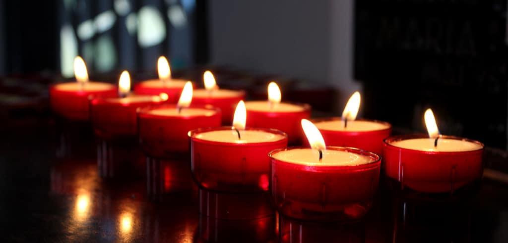 In einer leeren Kirche eine Kerze entzünden