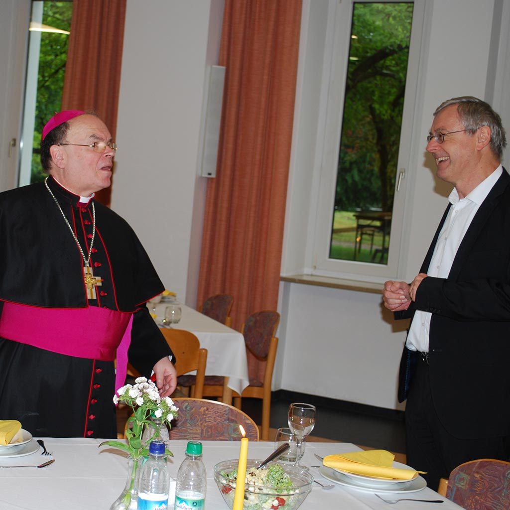 Bischof Bertram wird von Provinzial Helmut Scharler begrüßt