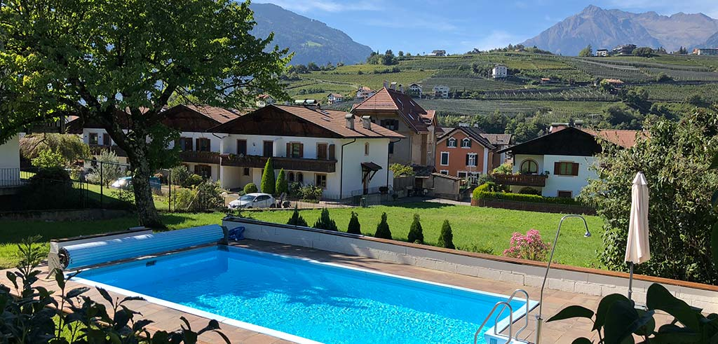 Pool in der Casa Pallotti in Meran, mit Blick auf die Berge
