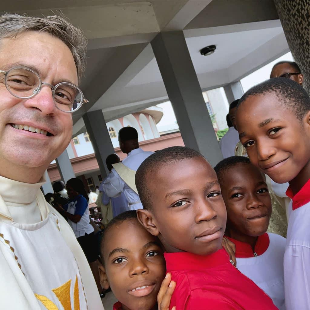 Pallottiner in Nigeria - Pater Markus Hau mit Ministranten und Ministrantinnen