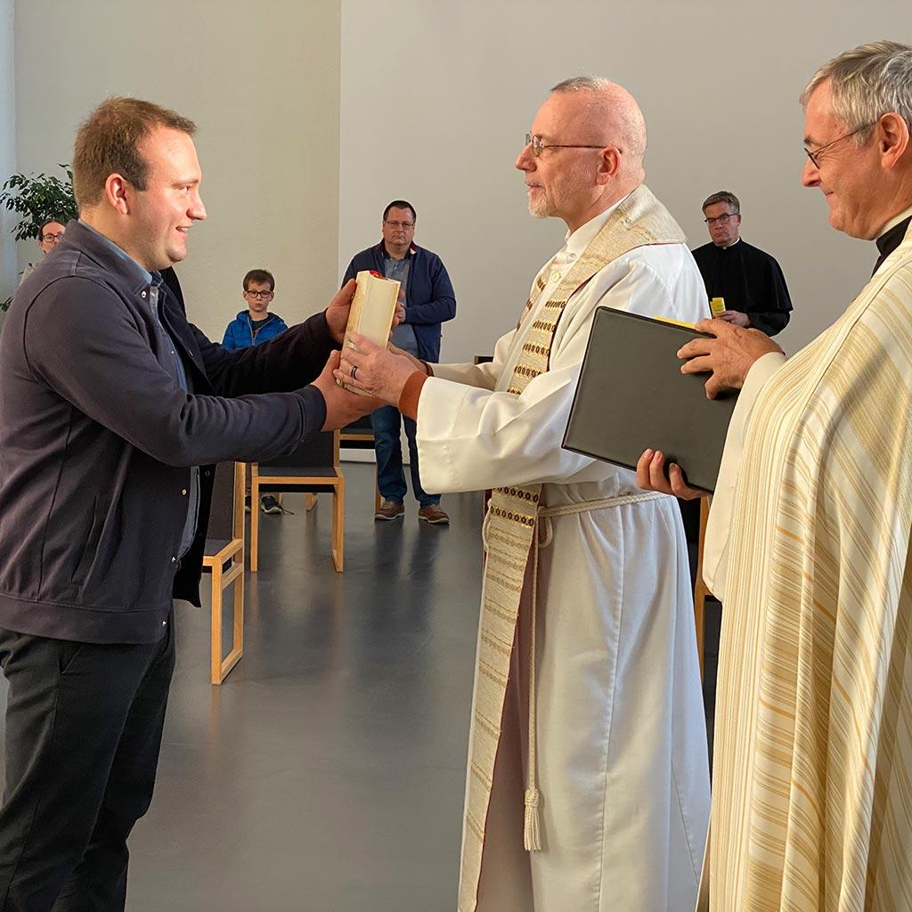 Patrick Stortz erhält die Bibel und das Gesetz