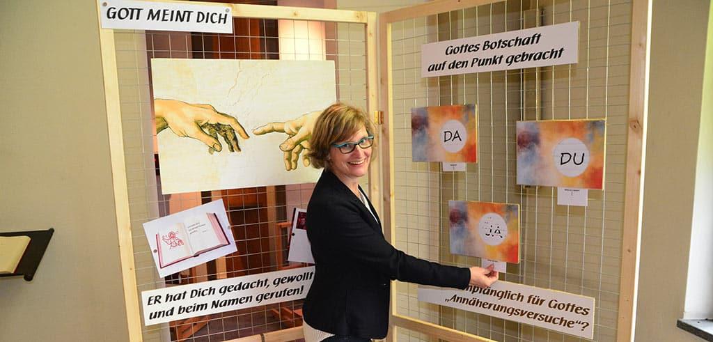 """Sonja Kirst leitet die Ausstellung """"Mehr Leben entdecken"""""""
