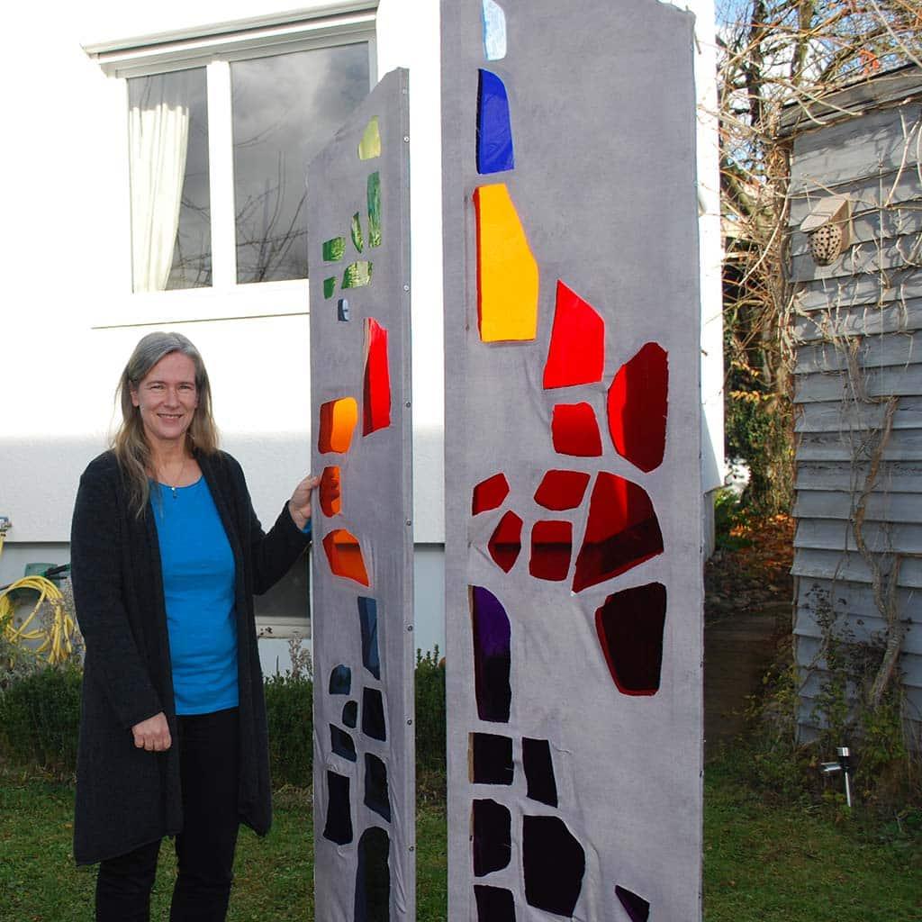 Die Künstlerin Anita Lingens-Lauer gestaltet ein Kunstwerk zu Ehren Vinzenz Pallottis