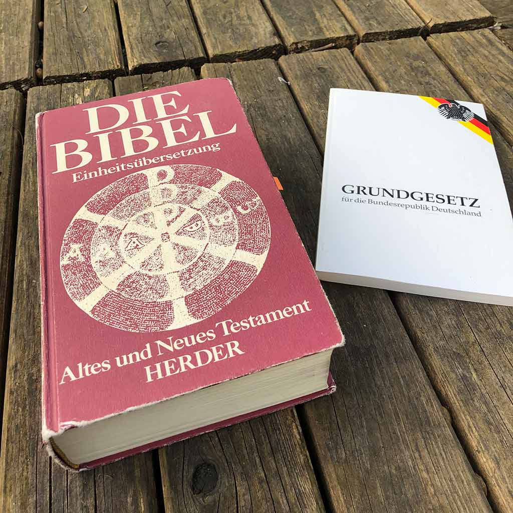 Mit Bibel und Grundgesetz auf der Suche nach Wahrheit