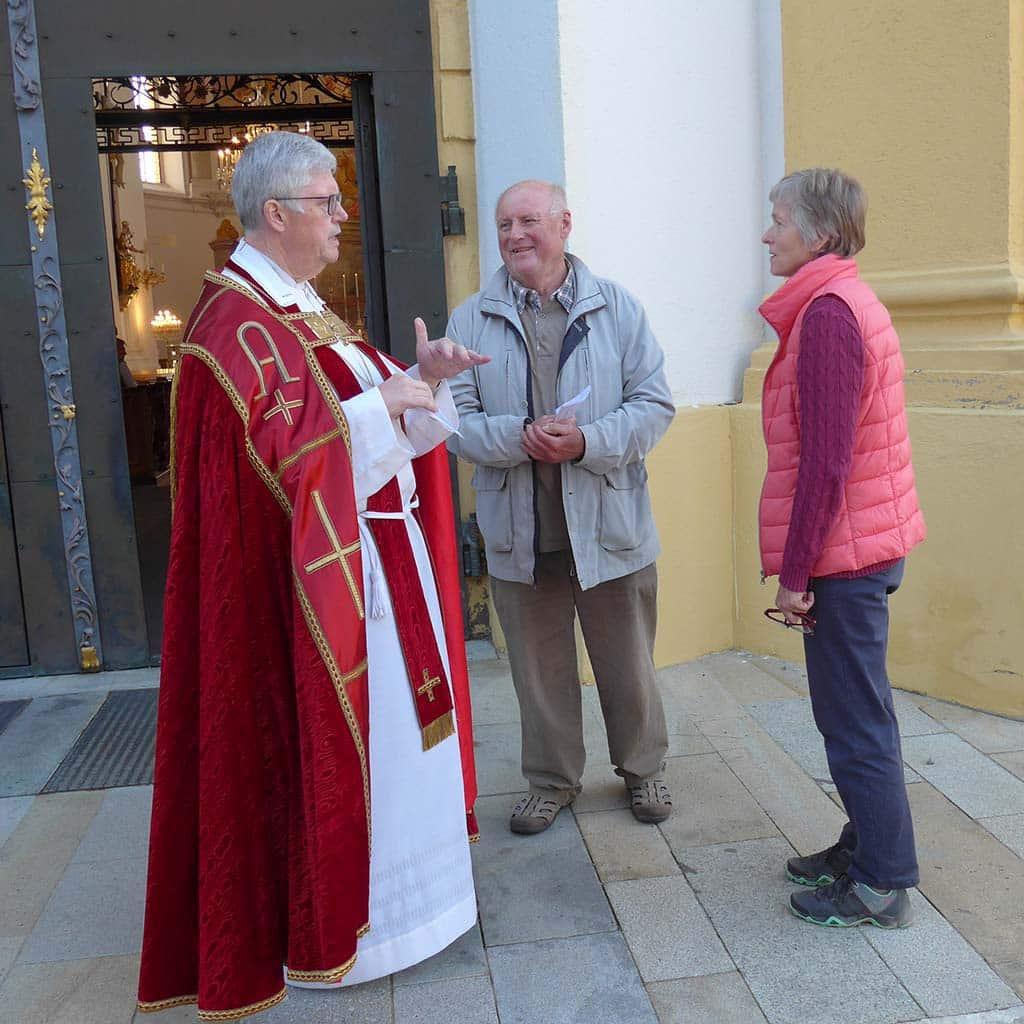 Pater Winkens begrüßt Wallfahrer in seiner Wallfahrtskirche Herrgottsruh im bayerischen Friedberg